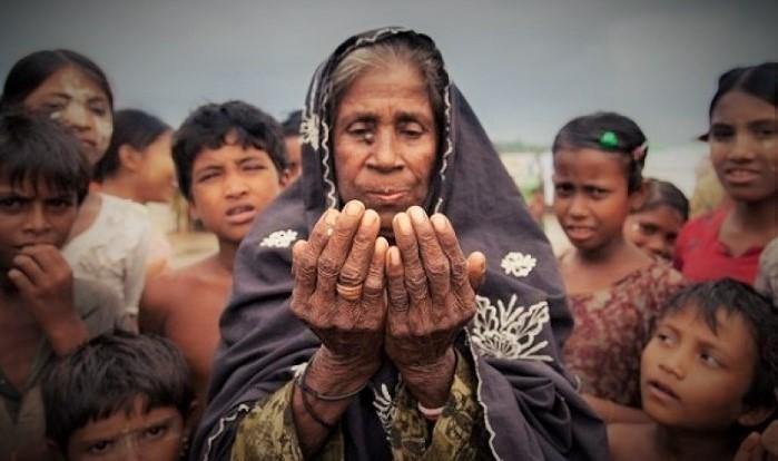 Wanita Tua Rohingya Berdoa. Foto: Dok. JustGiving