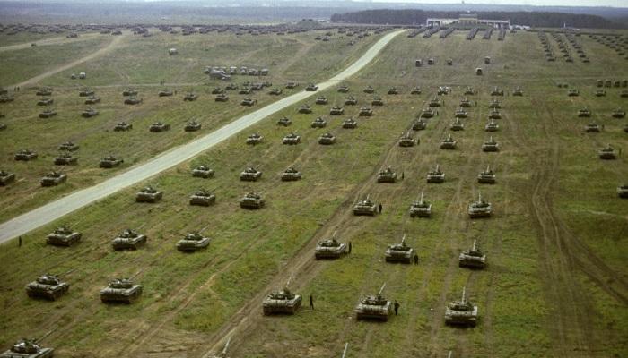 Latihan gabungan militer Rusia dan Belarusia (Zapad-2017) di Wilayah Leningrad dengan mengerahkan 12.700 prajurit, 70 pesawat terbang dan helikopter, 680 kendaraan dan peralatan militer berbasis darat, 250 tank, 200 sistem artileri, peluncur roket ganda serta 10 kapal perang. (Foto: Sputnik/V. Kiselev)
