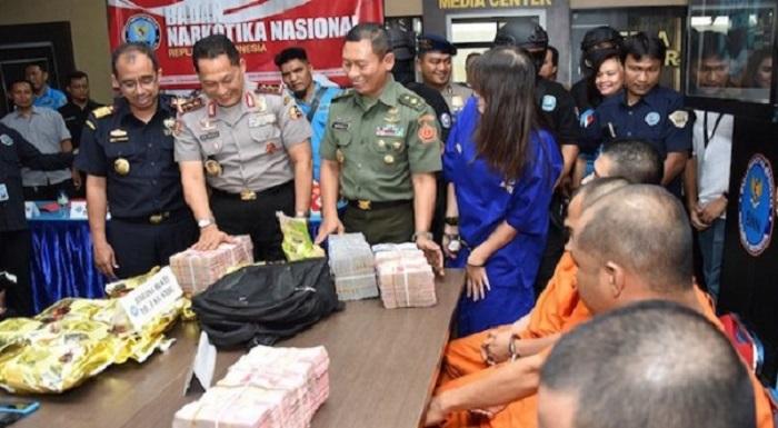 BNN,TNI dan Bea Cukai memperlihatkan barang bukti yang berhasil disita dari para pelaku yang tergabung dalan jaringan sindikat narkotika internasional. Foto Eddy Santry/ NusantaraNews.co