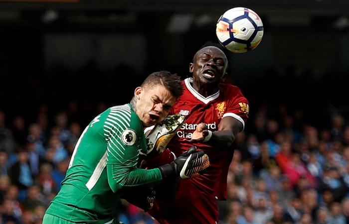 Momen Sadio Mane mendaratkan kakinya di kepala Ederson Moraes yang membuat wasit Jon Moss mengeluarkan kartu merah pada laga Manchester City kontra Liverpool pada Sabtu (9/9) malam WIB. (Foto: Reuters)