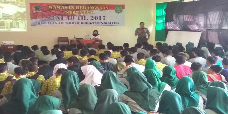 Dandim Trenggalek Letkol Arm Bayu Argo Asmoro mengisi kegiatan wawasan kebangsaan serentak TNI AD tahun 2017 pada (20/9) di wilayah Kodim 0806/Trenggalek. (Foto: Istimewa)