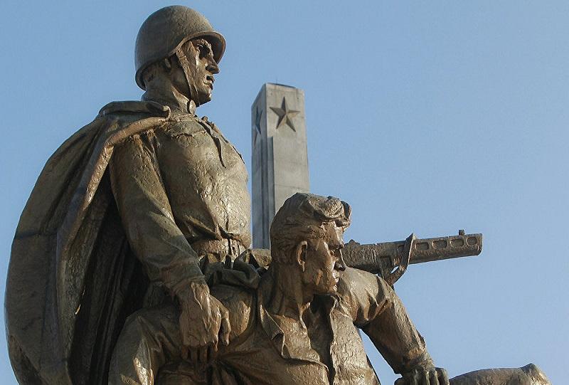 Patung Tentara Soviet di kota Strzegom, Polandia. (Foto: AP/Czarek Sokolowski)