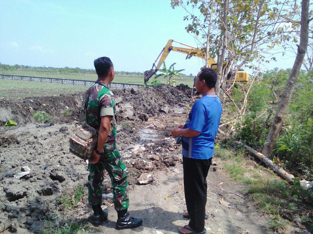 Petani di Desa Miru Kecamatan Sekaran, Lamomgan merasa sangat terbantu setelah Koramil 0812/16 Sekaran turun tangan membantu normalisasi saluran irigasi. (Foto: Penrem/Istimewa)
