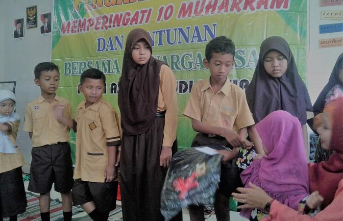 Putra-putri KB Al-Azhar Kecamatan Jekulo, Kabupaten Kudus memberikan santunan kepada puluhan yatim-piatu yang bernaung di Panti Asuhan Budi Luhur, Kecamatan Jekulo. Foto Fakhrudin/ NusantaraNews