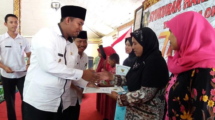 Peringati hari koperasi ke 70 Diskop dan UM Sumenep memberikan bantuan terhadap koperasi berprestasi dan bantuan sosial terhadap anak yatim. Kamis (12/10). Foto Mahdi/ NusantaraNews