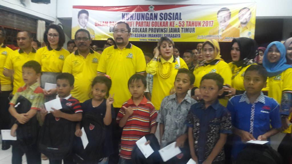 Partai Golkar Jawa Timur menggelar bakti sosial untuk mendongkrak popularitas dan elektabilitas. (Foto; Tri Wahyudi/NusantaraNews)