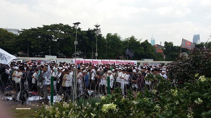 Massa Aksi Tolak Perppu Ormas Sholat Berjamaah di Komplek DPR. Foto Ucok Al Ayubbi/ NusantaraNews