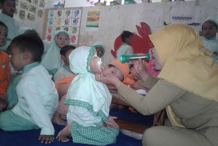 Putra-putri KB Al-Azhar Mengaku Senang ada Pemeriksaan Kesehatan. Foto Akhmad Fakhrudin.