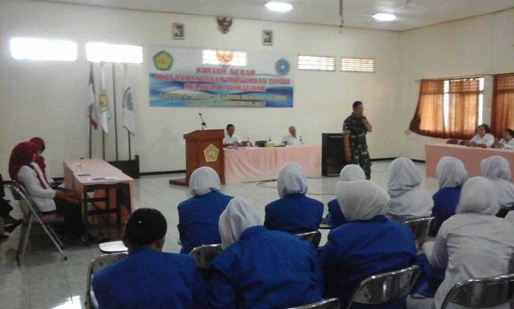 Danramil Mojoroto, Kapten Inf Arifin Effendi menyampaikan bahaya radikalisme bagi generasi muda di hadapan ratusan mahasiswa Akper dan Akbid Dharma Husada di Aula Kampus Dharma Husada, Kediri. (Foto: Penrem/Istimewa)