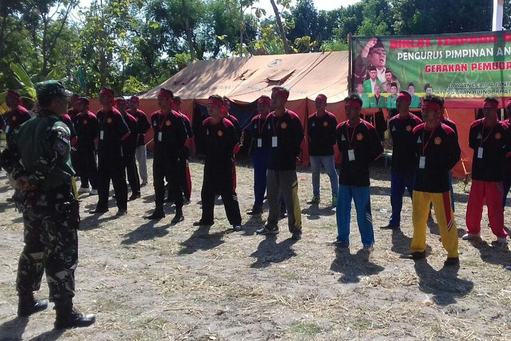 Sebanyak 72 anggota GP Ansor Tuban mendapat pelatihan kediplinan dan wawasan kebangsaan dari anggota Koramil Jenu yakni Serma M. Zainul Ali Musthofa dan Serma Aminto. (Foto: Dok.Penrem/Istimewa)