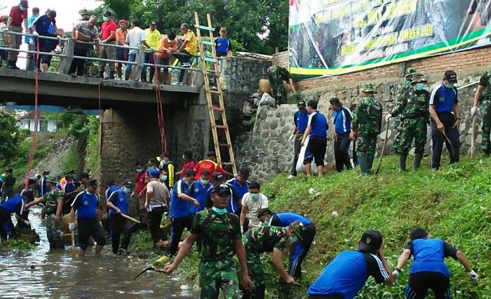 Peringati HUT Kesad Ke 72 Rumah Sakit Tingkat III Jember Yang dikenal dengan Rumah Sakit DKT Jember melaksanakan karya bakti TNI. Foto Sis24/ NusantaraNews