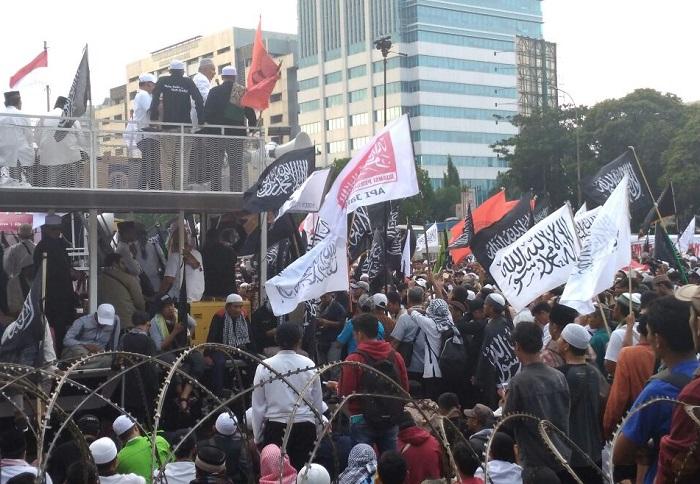 Amien Rais saat orasi menolak sidang paripurna Perppu Ormas (Foto: Ucok A/Nusantaranews)