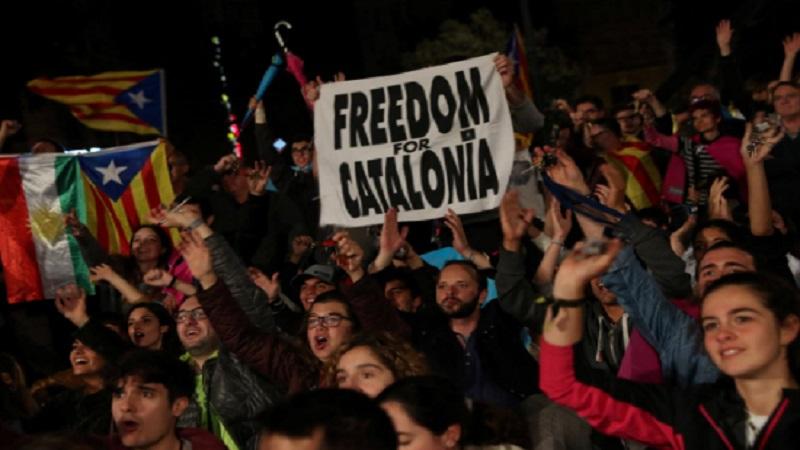 Orang-orang bereaksi saat mereka berkumpul di Plaza Catalunya setelah pemungutan suara berakhir untuk referendum kemerdekaan yang dilarang, di Barcelona, Spanyol pada 1 Oktober 2017. (Foto: Reuters/Susana Vera)