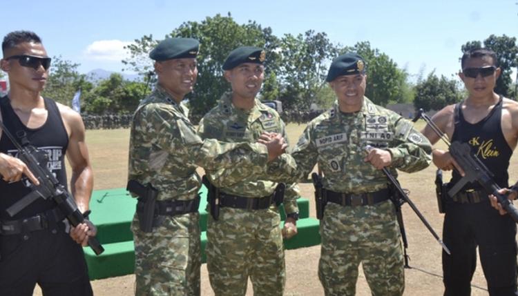Dan Yonif Raider 514/9/2 Kostrad Bondowoso lama Letkol Inf Arif Harianto (kiri) dan pejabat baru Letkol Inf Nopid Arif (kanan) (Foto: Saphan/Nusantaranews.co)