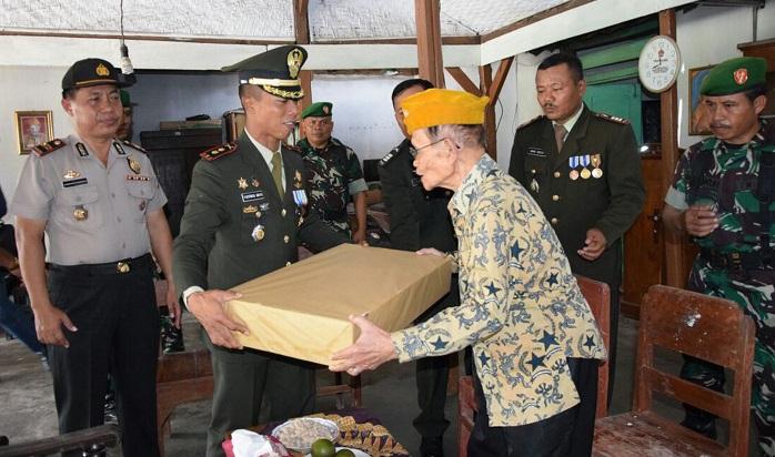 Dandim 0806/Trenggalek Letkol Arm Bayu Argo Asmoro menyerahkan Rumah Tidak Layak Huni (RTLH) Veteran Pejuang RI kepada Saleh (94 Th). Foto Rantelino