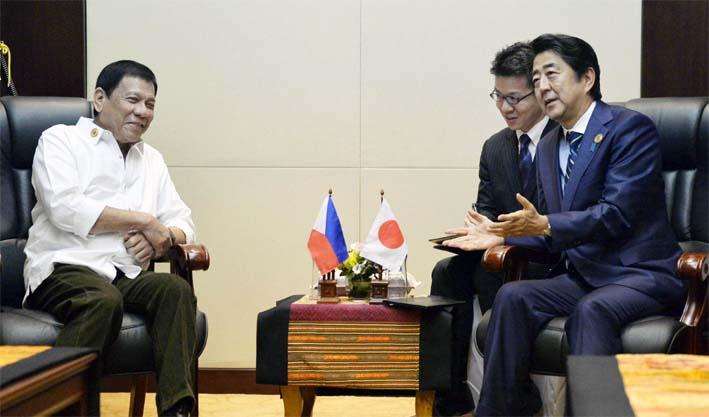 Pertemuan Bilateral Presiden Filipina Rodrigo Duterte dan Perdana Menteri Jepang Shinzo Abe/Foto Japan Times