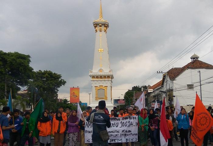 Forum BEM DIY Gelar Aksi Simpatik di Tugu Yogyakarta (Foto: Fatah/Nusantaranews)