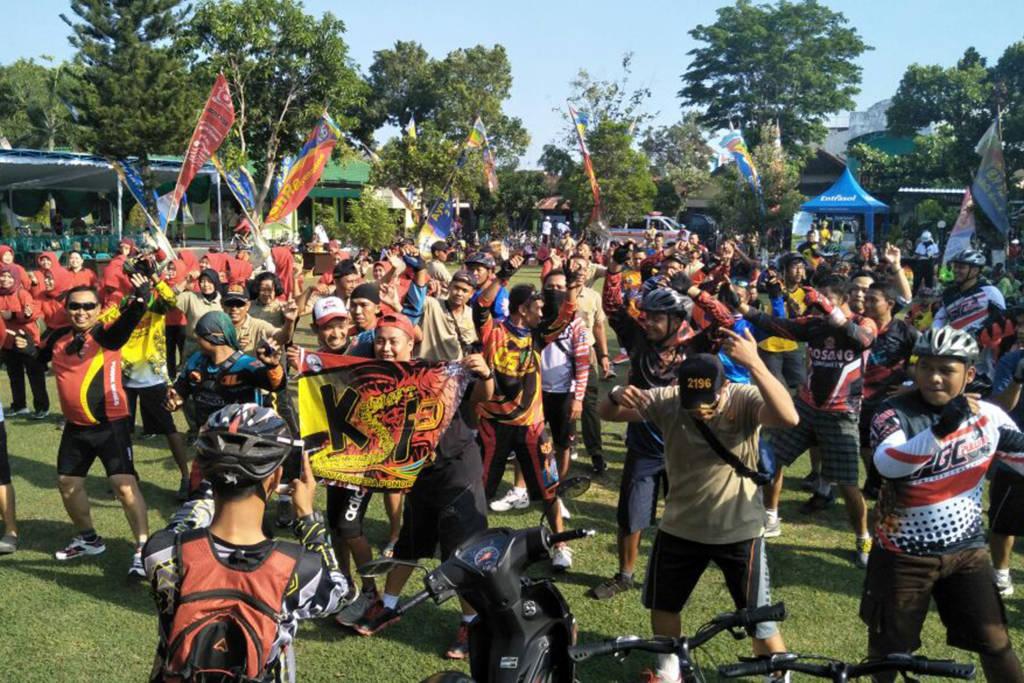 Sekitar 1.000 peserta fun bike turun ke jalan di Ponorogo, Jumat (13/10). (Foto: Dok.Kodim Ponotogo)