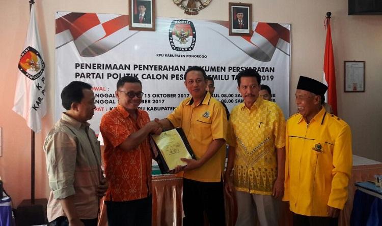 Golkar Ponorogo Daftar ke KPU Ponorogo (Foto: Nurcholis/Nusantaranews)