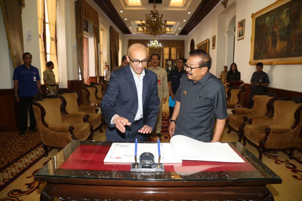 Gubernur Jawa Timur Soekarwo terima kunjungan Dubes Singapura di Grahadi Senin (23/10) siang. (Foto: Tri Wahyudi/NusantarNews)