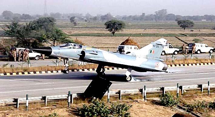 Jet tempur milik IAF mendarat di jalan tol (Foto Getty)
