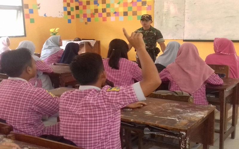 Caption: Koramil 0824/19 Umbulsari berikan materi wasbang kepada siswa SMA Negeri 1 Umbulsari. (Foto: Sis/Istimewa)