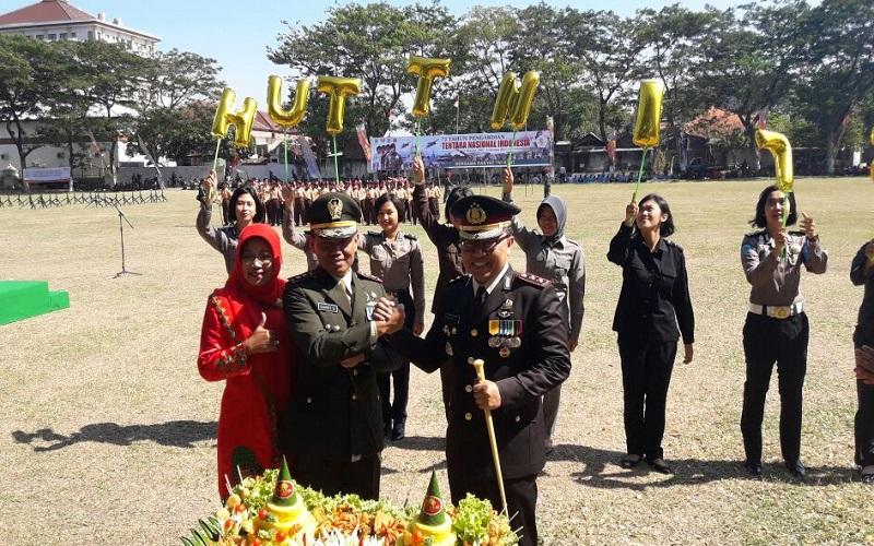 Kapolres Ponorogo bikin kejutan kepada Kodim 0802/Ponorogo saat upacara peringatan HUT TNI ke-72. (Foto: Muh Nurcholis/Istimewa)