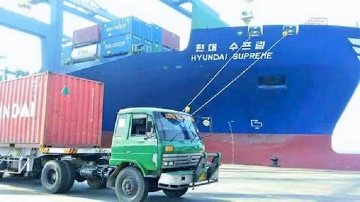 Kapal kontainer HYUNDAI SUPREME asal negara Korea selatan di Terminal peti kemas Koja jakut, dengan membawa sekitar 1000 unit kontainer berisi 2,7 Juta Butir Amunisi yang katanya milik Perbakin. Foto Istimewa/ NusantaraNews