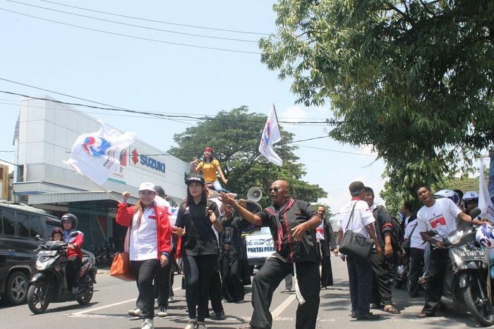 Siap Tarung, Perindo Diarak Seni Gajah Menuju KPU. Foto Nurcholis/ NusantaraNews