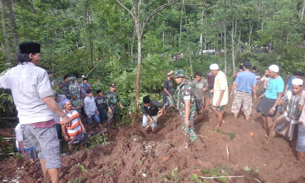 Korban bencana tanah longsor di Desa Jambesari, Sumberbaru, Jember atas nama Syaiful (35), Yanah (25) dan Faris (5) yang merupakan satu keluarga masih belum berhasil ditemukan. (Foto: Sis/Istimewa)