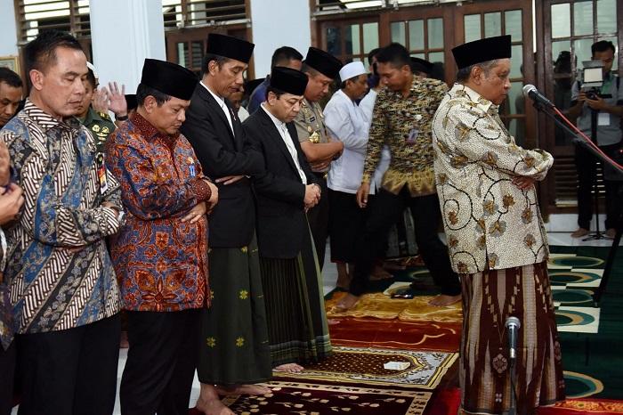 Presiden Joko Widodo dan Ketua DPR Setya Novanto bermakmun pada K.H Said Aqil Siroj saat menghadiri haul ke-28 Almarhum KH. Aqil Siroj, ayahanda Ketua Umum PBNU itu. Foto Istimewa
