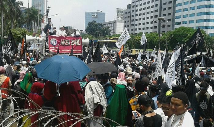 Massa Aksi Minta Perwakilan Massa aksi Masuk di sidang Paripurna. Foto Ucok Al Ayyubi/ NusantaraNews