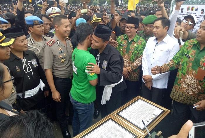 Penandatanganan kesepakatan damai antara Persaudaraan Setia Hati Teratai (PSHT) dengan Bonek kabupaten Jember, di Alun-Alun Jember, Selasa (24/10/2017). Foto Pendim 0824/ NusantaraNews