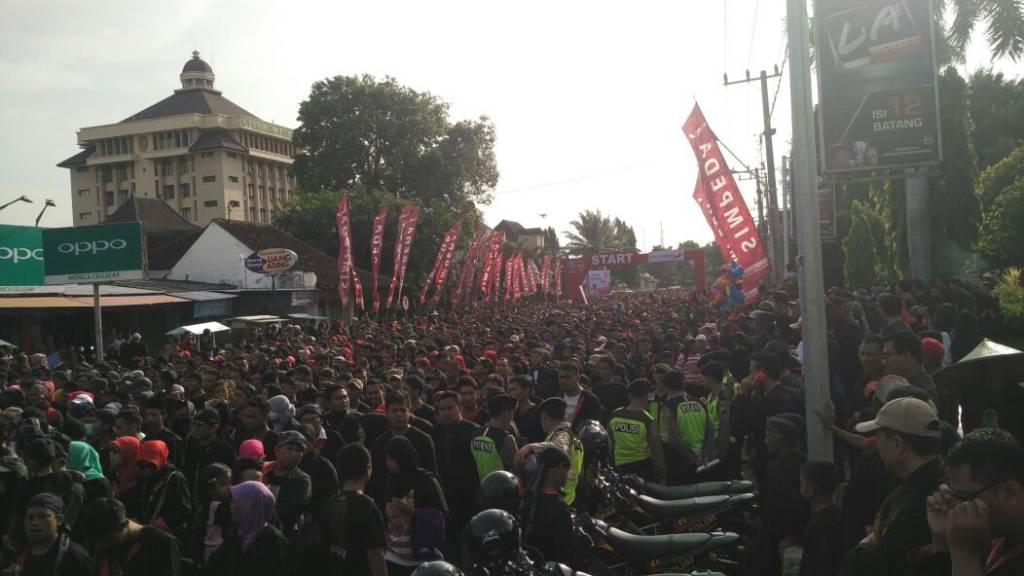 Kabupaten Ponorogo akhirnya memecahkan rekor Museum Rekor Indonesia (MURI) dalam Jalan Sehat 'Ponoragan'. Pemecahan Rekor Muri dalam Jalan Sehat peserta terbanyak dengan memakai busana 'Penadon' (Pakaian Khas Ponorogo). (Foto: Muh Nurcholis/NusantaraNews)