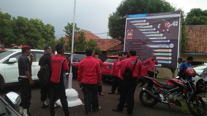 Ratusan Kader PDIP Geruduk Kantor KPUD Purwakarta. Foto Fuljo/Kris