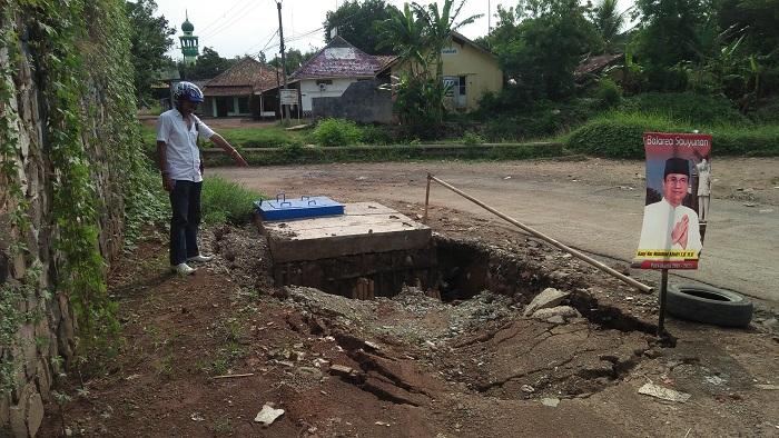 Salah seoranh warga melintas lokasi amblasnya proyek pipanisasi air spam yang telan anggaran milyaran rupiah. (foto fuljo kontibutor Purwasuka)