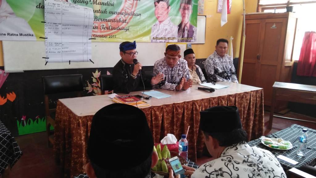 H. Rasmita Enung Sanusi Ketua Umum PGRI Purwakarta sedang menutup acara konferensi Cabang PGRI di Kecamatan Cibatu Purwakarta, melarang guru berpolitik praksis pada Pilkada 2018. (Foto: Fuljo/Kris/NusantaraNews)