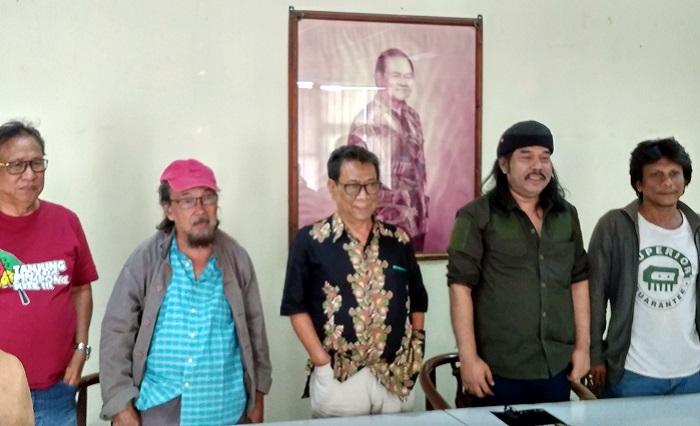 Ketua Yayasan Hari Puisi Maman S. Mahayana (Tengah) usai Jumpa Pers dengan wartawan, di PDS H.H Jassi, Senin (2/10/2017). Foto Ach. Sulaiman/ NusantaraNews