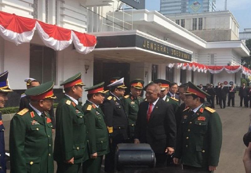 Menteri Pertahanan Vietnam, Ngo Xuan Lich berkunjung ke Indonesia. Salah satu kunjungannya diterima oleh Menteri Pertahanan RI Ryamizard Ryacudu di kantornya pukul 09.00 WIB, Jumat (13/10/2017). (Foto: Ricard Andika/NusantaraNews)