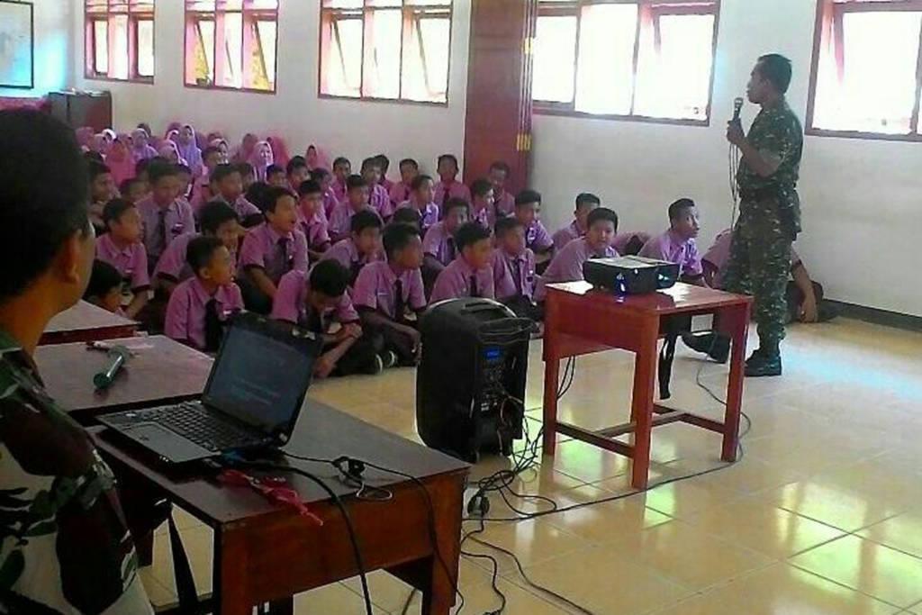 Komando Distrik Militer (Kodim) 0801/Pacitan menyampaikan materi wawasan kebangsaan kepada para pelajar di Pacitan. (Foto: Istimewa)