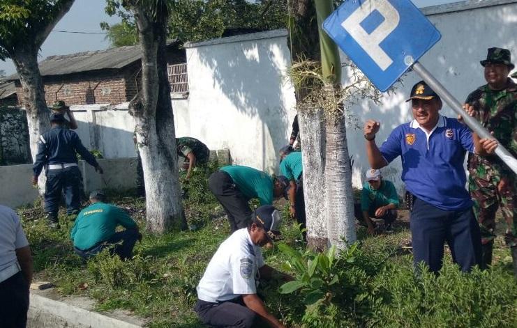 Karya bakti di Tawang Alun Jember (Foto Sis/Nusantaranews)