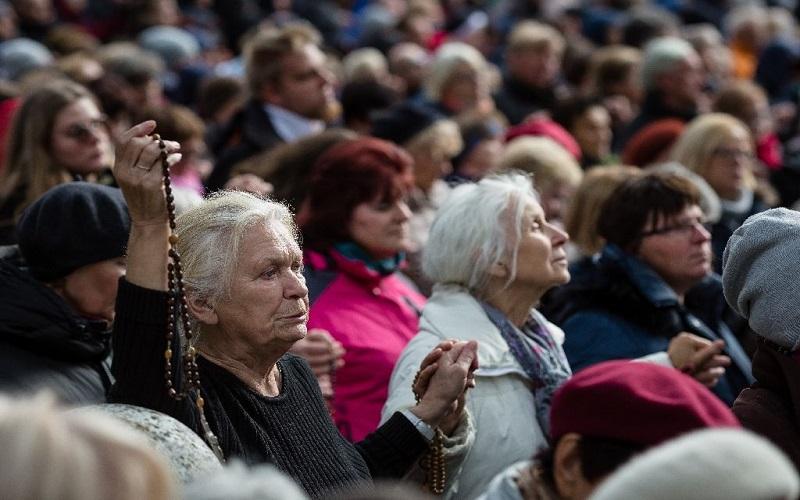 Ribuan umat Katolik Polandia berpegangan tangan di sepanjang perbatasan negara. (AFP Photo/Wojtek Radwanski)