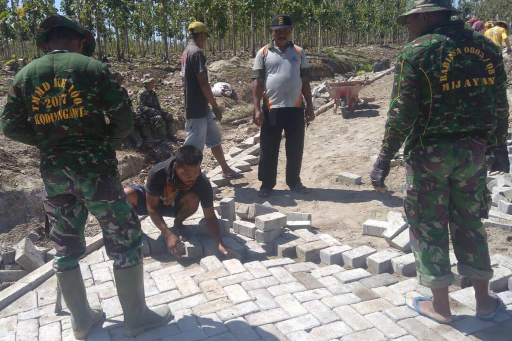 Satuan Penugasan (Satgas) Kodim Ngawi di Dusun Tremas, Karanganyar dan Desa Mengger, Kecamatan Karanganyar, Kabupaten Ngawi. Selasa (17/10). (Foto: Wahyu)