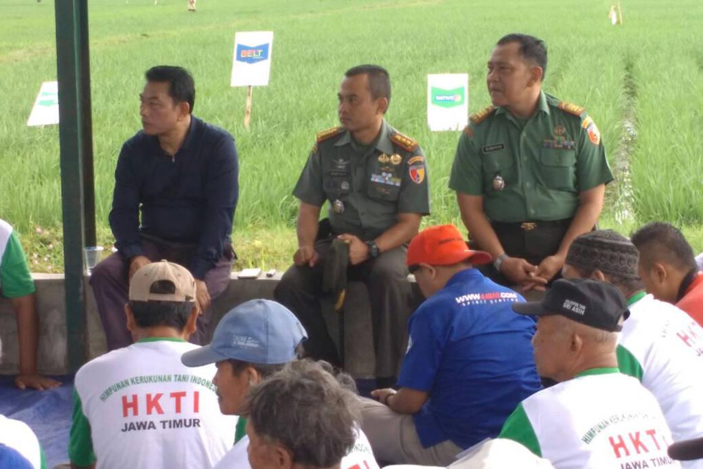 Ketua umum Himpunan Kerukunan Tani Indonesia (HKTI) Jenderal (Purn) Moeldoko bertemu dengan para petani di Dsn. Gatak Ds. Ngrendeng Kec. Gondang Kab. Tulungagung. Jumat (13/10/17) didampingi Dandim 0807/ Tulungagung Letkol Czi H. Agung Isa Rahkman. (Foto: Dok. Dim07)