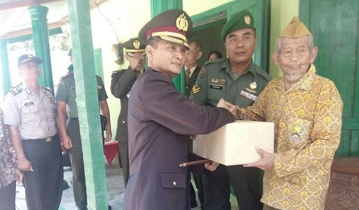 Penyerahan hasil rehab Rumah Tidak Layak Huni kepada Veteran Pejuang 45. Foto Timbul