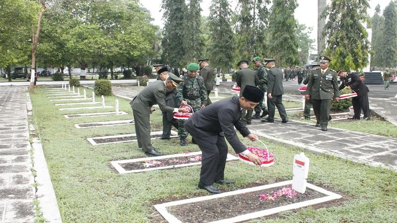 Pada Kamis (5/10/2017) di Taman Makam pahlawan (TMP) Patrang Jember dilaksanakan Ziarah Nasional dalam rangka memperingati HUT TNI Ke-72 Tahun 2017 di wilayah Kodim 0824 Jember. (Foto: Dok. Kodim Jember)