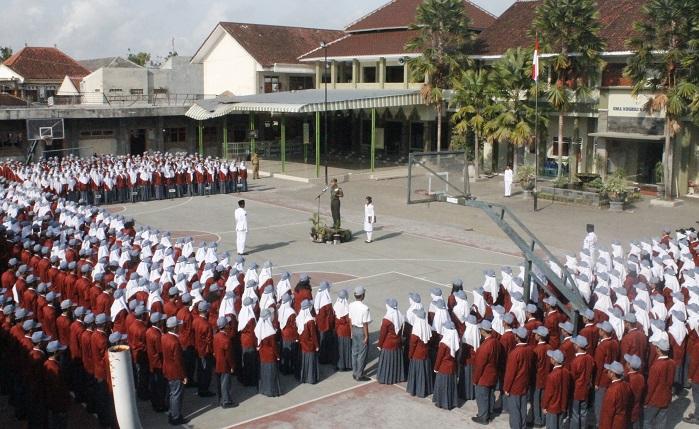 Dandim Jember Letkol Inf Rudianto saat menjadi Inspektur Upacara (Irup) pada upacara memperingati Hari Kesaktian Pancasila, SMA Negeri 2 Jember, Senin, 02 Oktober 2017. Foto Sis24/ NusantaraNews