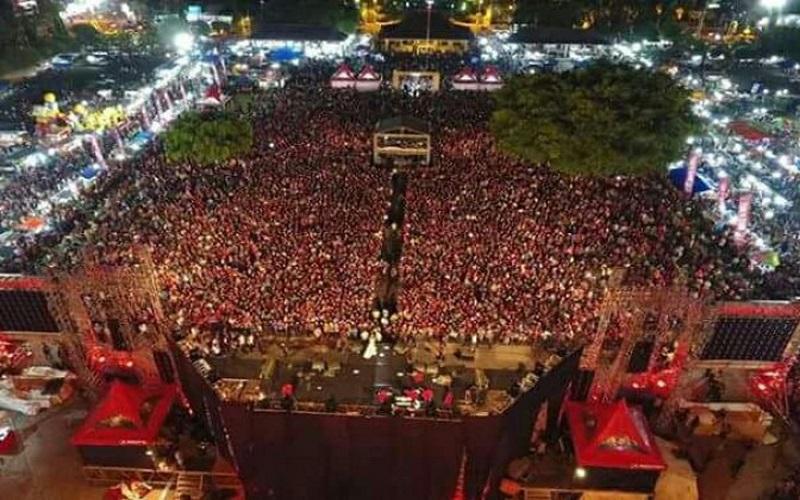 Sedikitnya 20 ribu warga Magetan mengikuti nonton bareng (nobar) film pengkhjianatan G30S/PKI di alun-alun Magetan pada Sabtu (30/9) malam. (Foto: Istimewa)