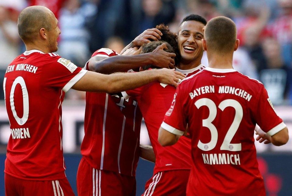 Kingsley Coman merayakan gol usai menggandakan keunggulan Bayern bersama Thiago Alcantara, Arjen Robben dan Joshua Kimmich dalam lanjutan Bundesliga, Sabtu (14/10) malam WIB. (Foto: Reuters)