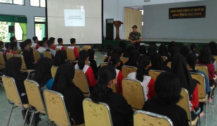 Yonif 511/DY Latih Siswa-Siswi SLTPN 1 Kato Blitar. Foto Doni/ NusantaraNews